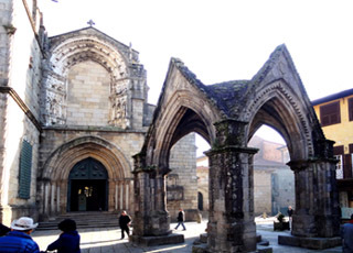 13-14ノッサ・セニョーラ・ダ・オリヴェイラ教会の門.JPG